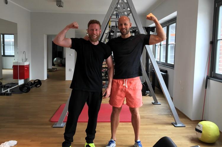 Sebastian Andrej Schweizer posiert mit Andreas Heumann